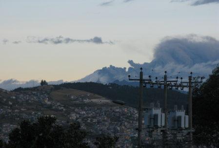 Aschewolken steigen aus dem Cotopotaxi hervor - keine Sorge, das ist ziemlich rangezoomt ;-)