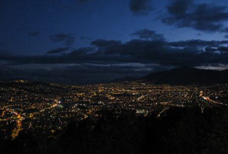 So einen Blick hat man sonst nur vom Flugzeug: Quito bei Nacht