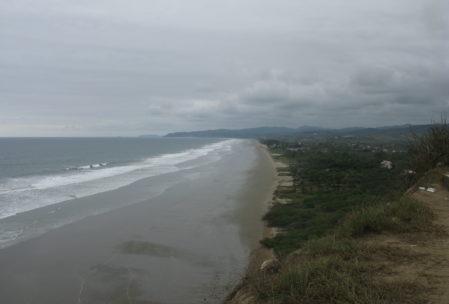 Aussicht über Olón und seinen Strand von den nahegelegenen Klippen