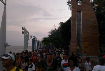 Tolle Stimmung und viiiele Menschen auf dem Malecón, der Uferpromenade am Fluss Guayas