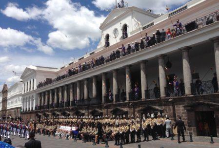 Wachablösung am Präsidentenpalast! Auch dabei war Staatspräsident Rafael Correa, der oben auf dem Balkon stand